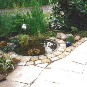 Teich mit Sandsteinplatten